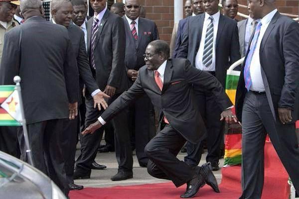 Apres son discours à la Nation, Robert Mugabe chute suite à  une marche ratée